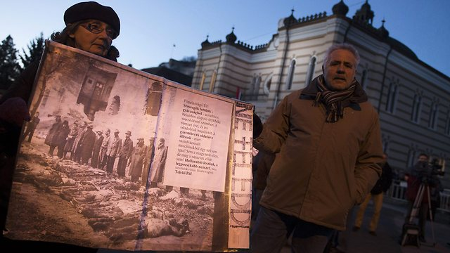 Jewish demonstrators holding Holocaust photo (Photo: EPA)