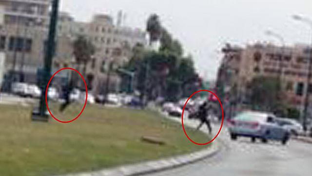 שני החשודים נמלטים לאחר הירי ()