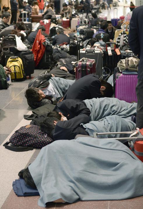 נוסעים תקועים בשדה התעופה האנדה בטוקיו (צילום: AP Photo/Kyodo News) (צילום: AP Photo/Kyodo News)