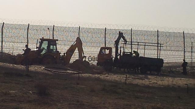 Setting up touch-sensitive fence (Photo: Yoav Zitun) (Photo: Yoav Zitun)