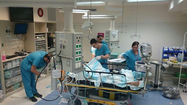 """טיפול באחד הפצועים בבית החולים רמב""""ם (צילום: דוברות בית החולים רמב""""ם)"""