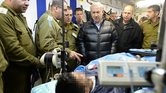 Netanyahu and Gantz visitng the IDF field hospital (Photo: Kobi Gideon, GPO)