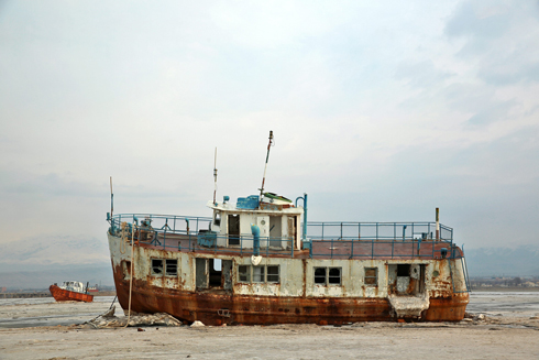 Abandoned ship stuck at the bottom of Lake Oroumieh (Photo: AP) (Photo: AP)