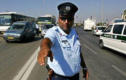 כוחות הביטחון נפרשו כדי למנוע התקדמות. 2 באוגוסט 2005 (צילום: איי אף פי) (צילום: איי אף פי)