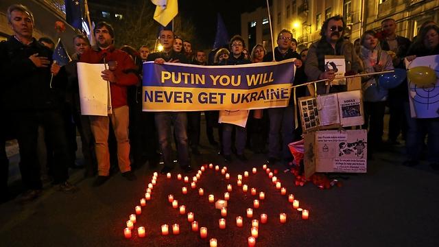 """""""פוטין, לעולם לא תקבל את אוקראינה"""". זוכרים את ההרוגים (צילום: EPA) (צילום: EPA)"""