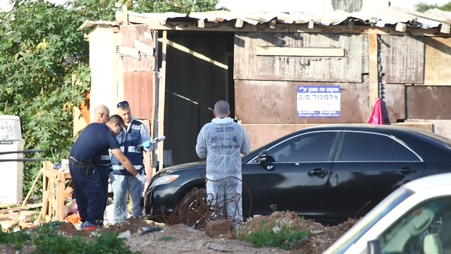 Police investigators at the crime scene (Photo: Motti Kimchi)