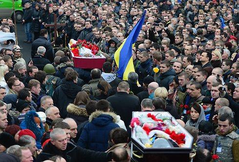 מפגינים נושאים גופות של הרוגים אחרי חתימת ההסכם, בכיכר העצמאות (צילום: Getty Images) (צילום: Getty Images)