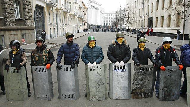 במקום שוטרים: פעילי אופוזיציה מקימים מחסום ליד מתחם הנשיאות (צילום: רויטרס) (צילום: רויטרס)