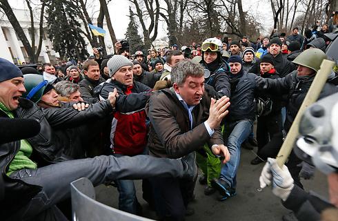 פוליטיקאי אוקראיני מותקף מחוץ לפרלמנט (צילום: רויטרס) (צילום: רויטרס)