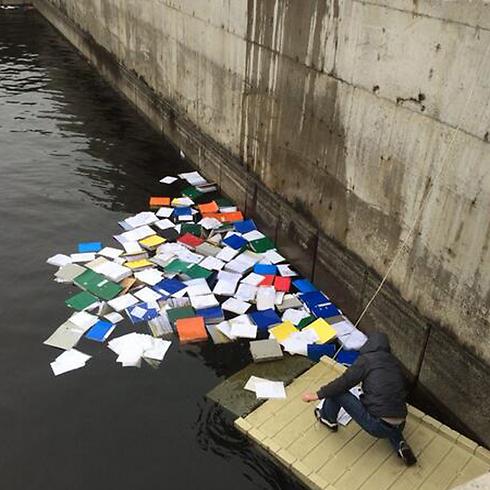 מסמכים רשמיים במי הנהר (צילום: מתוך טוויטר) (צילום: מתוך טוויטר)