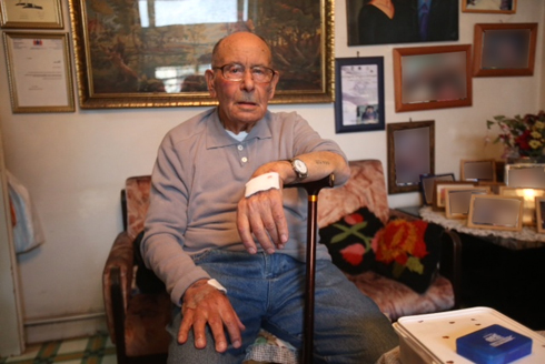 Yitzhak in his home after the robbery (Photo: Motti Kimchi)