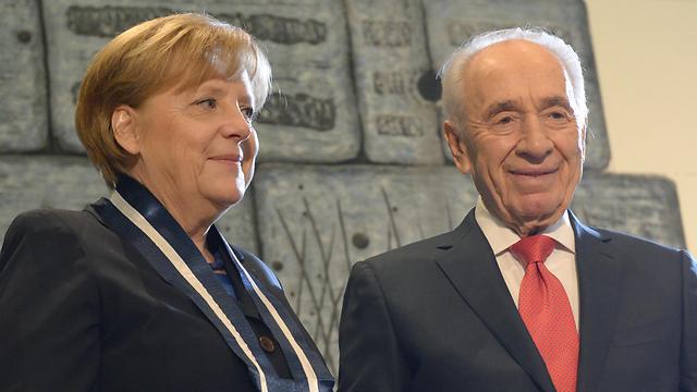 Peres with German Chancellor Angela Merkel (Photo: Mark Neuman, GPO)