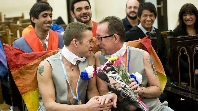 זוג הומואים שנמלט מסוצ'י והתחתן בארגנטינה (צילום: AP) (צילום: AP)