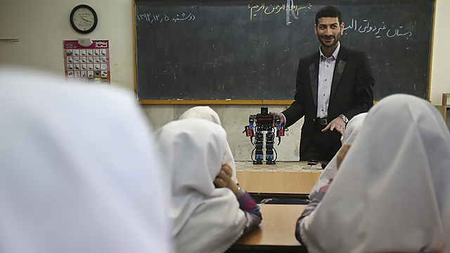 Akbar Rezaie presents invention to class (Photo: AP)