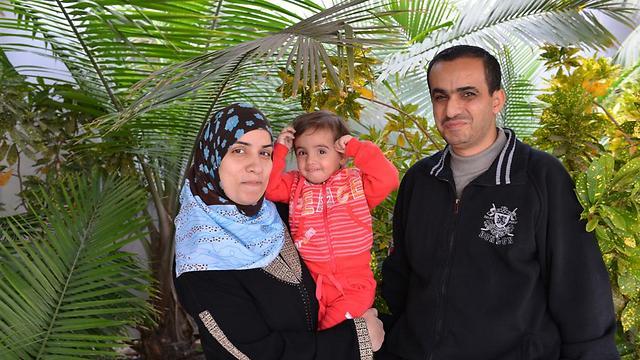 ישנים לצד מיטתה. חאלד ומאיסה ברהום עם בתם, ליאן (צילום: עופר גולן)