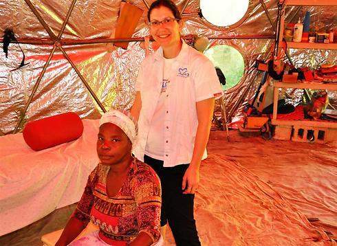 ניצן הרטל באוהל הטיפולים בהאיטי ()