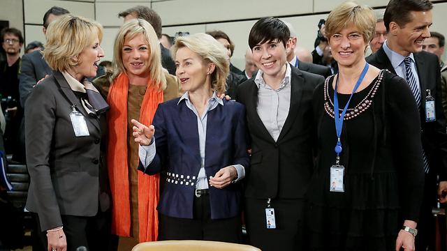 משמאל: שרת ההגנה של אלבניה (מימי קודלי), הולנד (ג'נין הניס פלאסצ'רט), גרמניה (אורסולה פון דר ליין), נורבגיה (אינה מארי אריקסן סוריידה) ואיטליה (רוברטה פינוטי)  (צילום: EPA) (צילום: EPA)