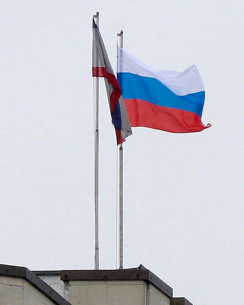 Russian flag raised above Crimea's parliament building (Photo: Reuters)