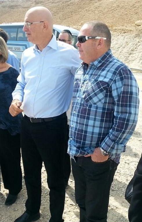 """דב ליטבינוף (מימין) וח""""כ אבישי ברוורמן, יו""""ר ועדת הכלכלה, בסיור בים המלח, אתמול (צילום: דקלה טקו)"""