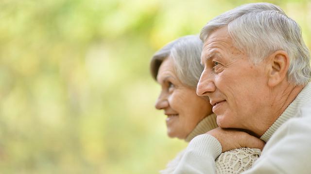 האישה שומרת על בריאות הגבר. זוגיות מבוגרת (צילום: Shutterstock) (צילום: Shutterstock)