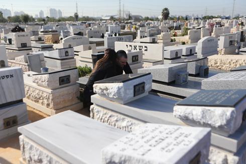 חגי פליסיאן על קבר אחיו, לאחר שחרורו ממעצר (צילום: ירון ברנר) (צילום: ירון ברנר)