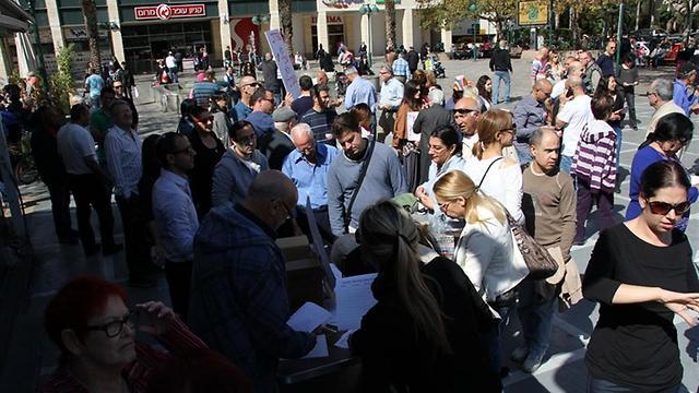 """הפגנה במרום נווה, ר""""ג. שופרסל שלי ומגה בעיר מתחרות זו בזו אך המחירים עדיין גבוהים (צילום: אודי בורג) (צילום: אודי בורג)"""