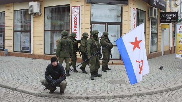 Pro-Russian nationalist with unidentified armed men in Crimea (Photo: Reuters) (Photo: Reuters)
