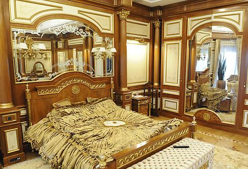 ינוקוביץ' נאשם על ידי יריביו במעילה במיליוני דולרים. חדר השינה באחוזת הפאר שלו באוקראינה (צילום: AFP) (צילום: AFP)
