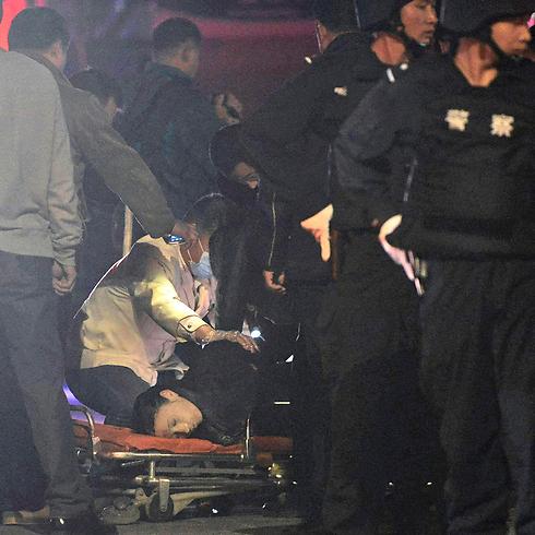 הטיפול בפצועים אמש (צילום: AP) (צילום: AP)