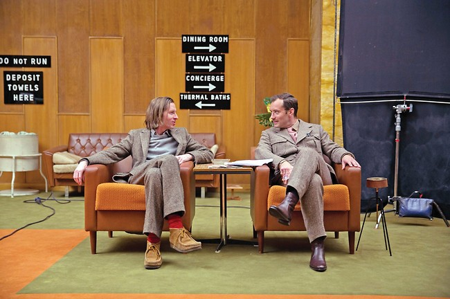 """ג'נטלמן. לאו עם אנדרסון על הסט של """"מלון גרנד בודפשט"""" (יחסי ציבור)"""