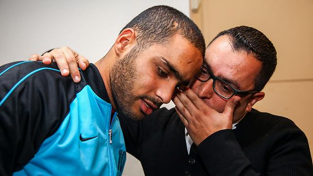 """עו""""ד שאדי דבאח עם חאלד בוקאי, אחד החשודים (צילום: אבישג שאר-ישוב) (צילום: אבישג שאר-ישוב)"""