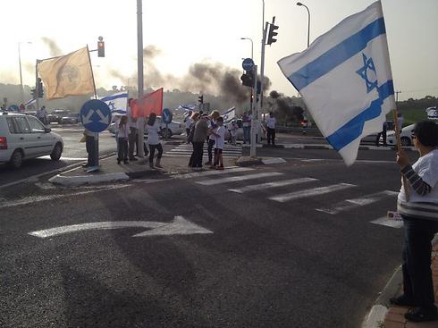 מחאה בצומת אלונים (צילום: אסף שאול) ()