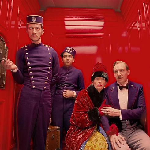 """רייף פיינס (מימין) בפריים המעוצב של ווס אנדרסון ב""""מלון גרנד בודפשט"""" ()"""