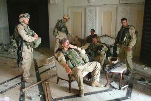 חיילים בארמונו של סדאם חוסיין בבגדד בזמן המלחמה בעיראק (צילום: AP) (צילום: AP)