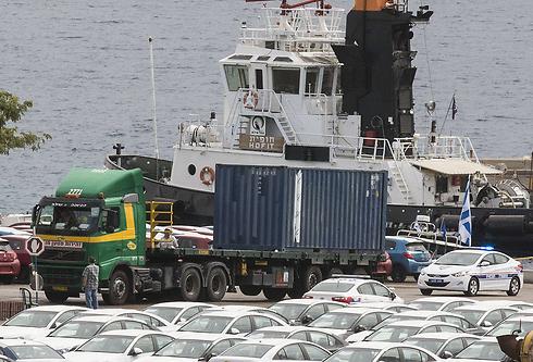 פריקת המכולות מספינת הנשק האיראנית, בנמל אילת (צילום: AFP) (צילום: AFP)