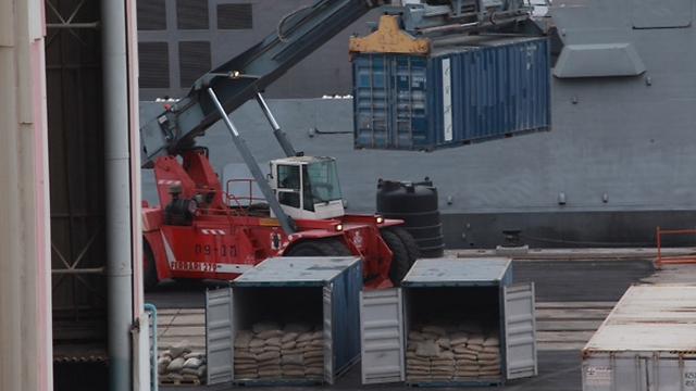 """פורקים את אוניית הנשק """"קלוז סי"""" שנועדה להגיע לחמאס (צילום: רועי עידן) (צילום: רועי עידן)"""