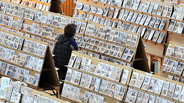 תצוגה של אלפי תמונות שנמצאו בעיר סנדאי לאחר הצונאמי (צילום: AFP)