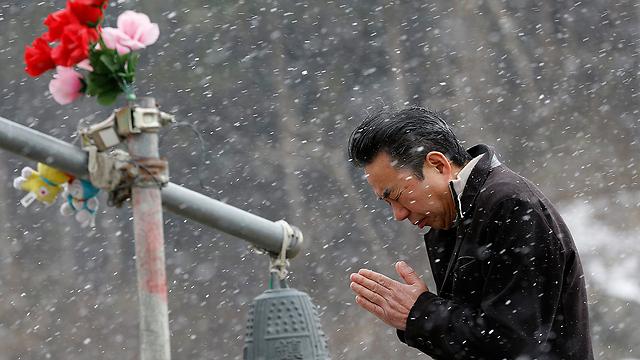 תפילה בחזית בית הספר אוקוואה במחוז מיאגי (צילום: AP)