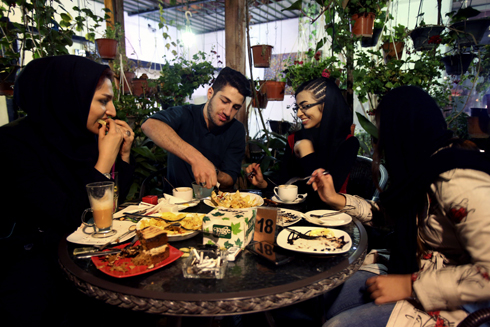 Young Iranian adults eat at a cafe in Tehran, Iran (Photo: AP) (Photo: AP)
