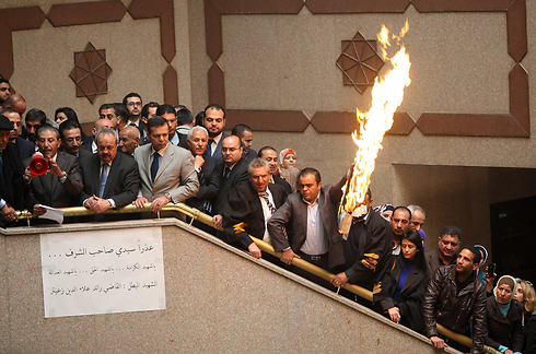 Jordanian MPs with burning Israeli flag (Photo: AP)