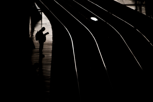 Passenger waits for train in Madrid (Photo: AP) (Photo: AP)
