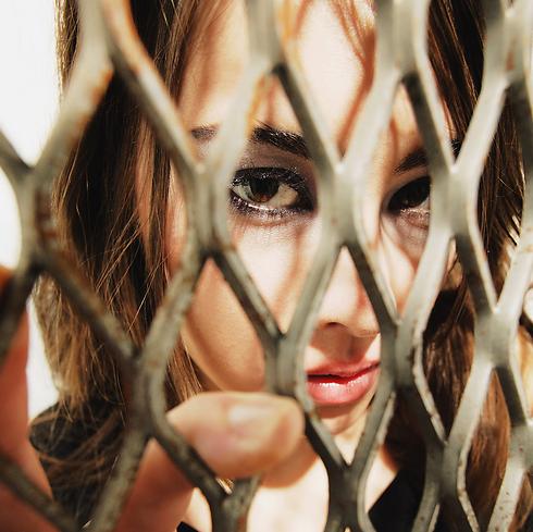 אסירה בתוך כלא של מחשבות שלא נותנות לי לצאת החוצה לחופשי (צילום: index open) (צילום: index open)