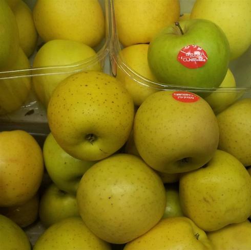 """תפוחים מוזהבים ברמי לוי. רק אצלו תוצרת הארץ התייקרה ב-80%, """"בשנה שעברה היה עודף תפוחים אז מכרנו במחירי מבצע"""" ()"""
