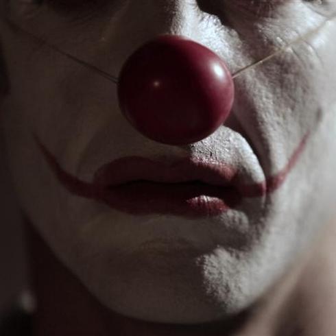 """מי מסתתר מאחורי המסיכה? מתוך """"הומור"""" של טל זגרבה (צילום: אלי שרם)"""