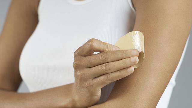 החומר הפעיל נספג בעור ומקל על הכאב (צילום: shutterstock) (צילום: shutterstock)