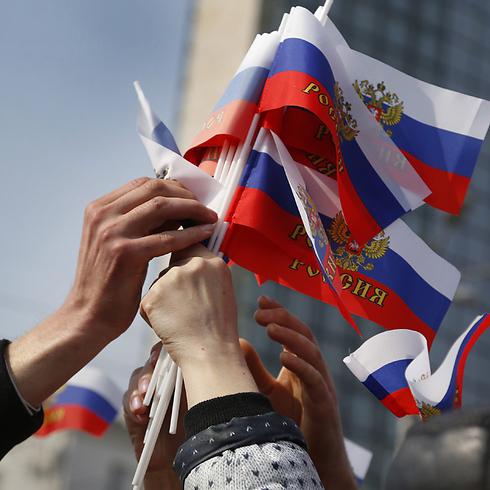 יחידות צבאיות יפורקו, נכסים הולאמו. הפגנה בעד רוסיה (צילום: AP) (צילום: AP)