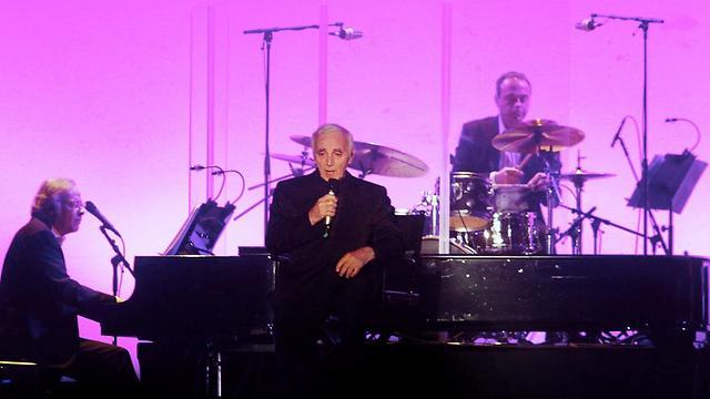 שארל אזנבור על הבמה בהיכל נוקיה (צילומים: עידו ארז) (צילום: עידו ארז) (צילום: עידו ארז)