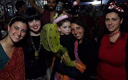 """אין נשים פשוטות, ויש הרבה יהודים שמחים בבית חב""""ד בפורים. תמונה מהמסיבה אתמול (צילום: בית חב""""ד נפאל) (צילום: בית חב"""