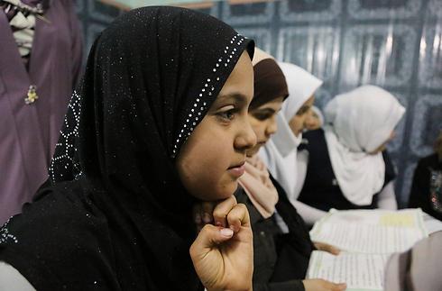 ילדות לומדות בבית יתומים בבגדאד השבוע. מנהלת המקלט אמרה שלא תרשה נישואי קטינות מהמקום למרות החוק               (צילום: AP) (צילום: AP)