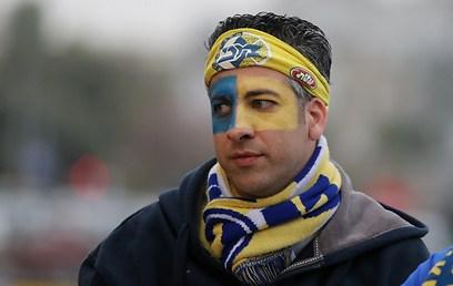 אוהד מכבי גאה בכחול-צהוב (צילום: ראובן שוורץ) (צילום: ראובן שוורץ)